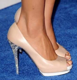 la adoro porque tiene zapatos muy bonitos