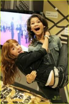 Bella Thorne y Zendaya Coleman. 1