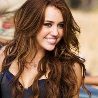 Miley Cyrus:Protagoniza a Miley en Hannah Montana y Hannah Montana Forever