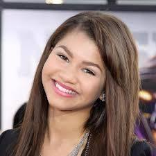 zendaya:ella es muy bonita se viste bien no hay porque insultarla