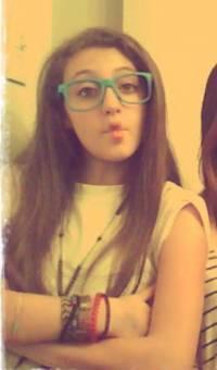 a Vicky le quedan lindas las gafas